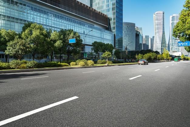 Superficie del piso de la carretera vacía con los edificios emblemáticos de la ciudad moderna de hangzhou bund skyline, zhejiang, china
