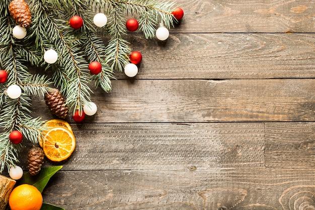 Superficie de vacaciones de navidad con adornos en la superficie de madera rústica.