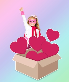 Superhéroe con una caja llena de corazones.