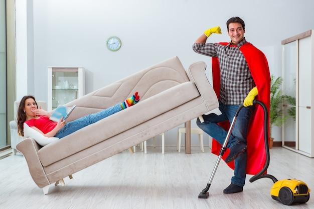 Superhéroe esposo ayudando a su esposa en casa