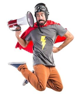 Superhéroe gritando por megáfono