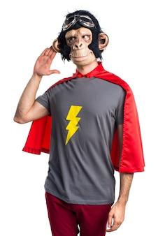 Superhéroe hombre mono escuchando algo