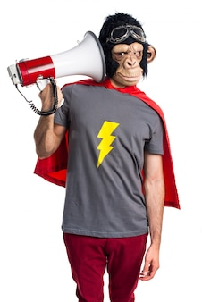 Superhéroe hombre mono gritando por megáfono