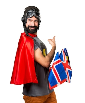 Superhéroe con un montón de banderas apuntando hacia atrás