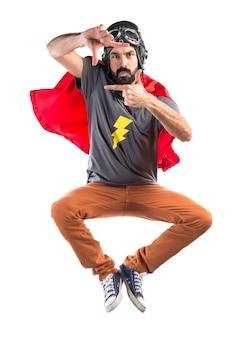 Superhéroe que se centra con sus dedos