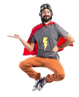 Superhéroe sosteniendo algo