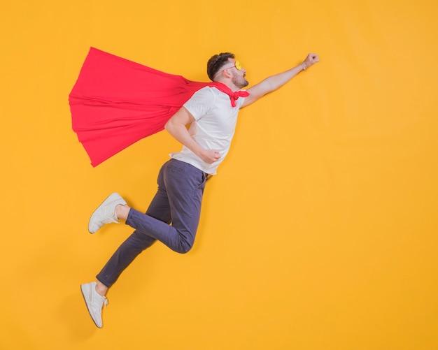 Superhéroe volando por el cielo