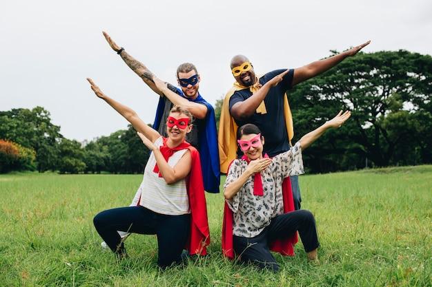 Superhéroes adultos disfrutando en el parque