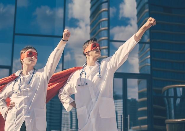 Los superhéroes médicos decididos están listos para trabajar