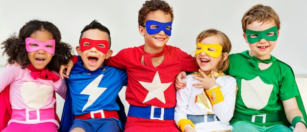 Superhéroes niños amigos jugando juntos concepto divertido