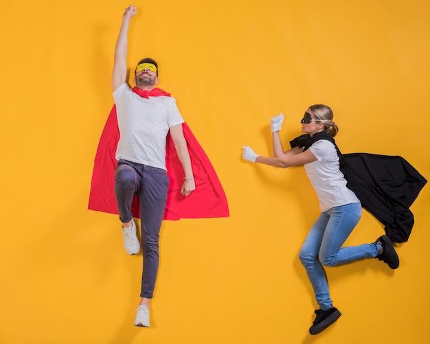 Superhéroes volando por el cielo