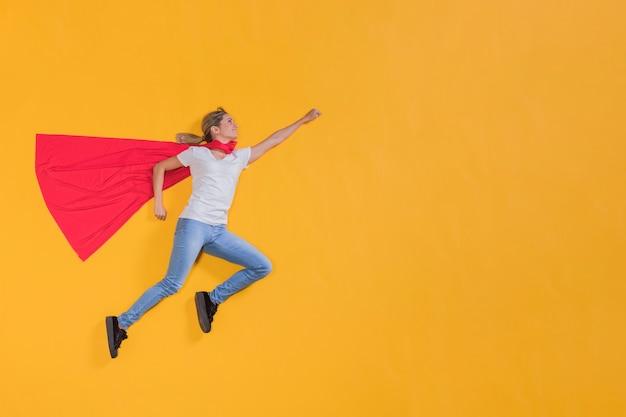 Superheroina volando por el cielo