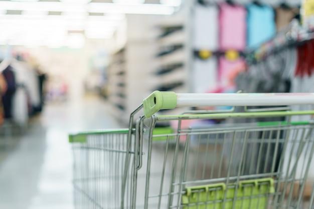 Supermercado con carrito de compras vacío.