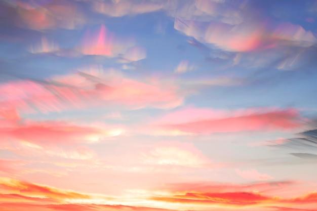 Superponga varias fotos entre sí en un lapso de tiempo. coloridas nubes acuarelas en el cielo