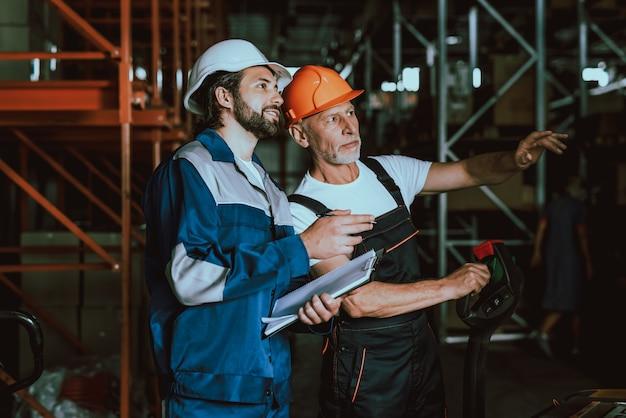 Supervisor y cajas de verificación de trabajadores de almacén