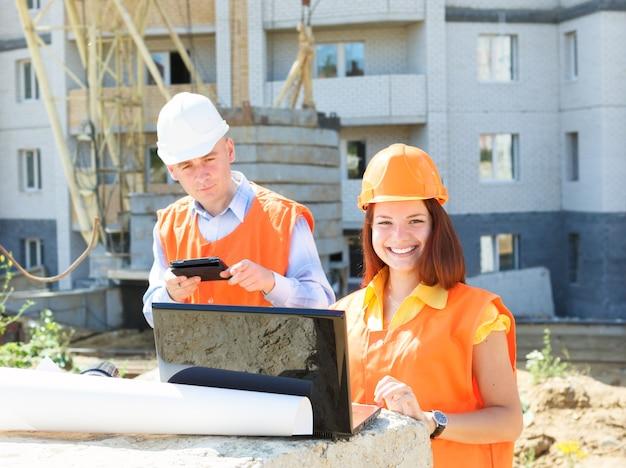 Supervisor y empleado subordinado mirando constructores de portátiles