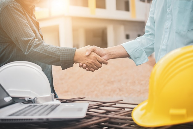 Supervisor, estrechar la mano, foreman, acuerdo, proyecto, edificio, construcción, éxito, casco, laptop, área de trabajo, concepto de éxito, estrechar la mano