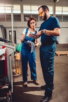 Supervisor de fábrica que mide el producto cortado en una máquina cnc