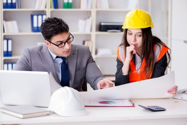 Supervisor supervisor de construcción revisando dibujos