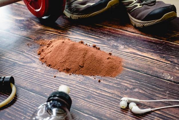 Suplemento deportivo a base de suero, proteínas y carbohidratos con sabor a cacao.