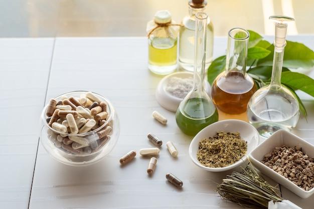 Suplementos dietéticos orgánicos a base de hierbas y minerales en cápsulas e ingredientes