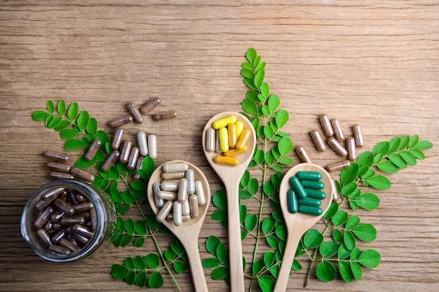 Suplementos naturales, vitaminas u medicina orgánica, cápsulas, píldoras a base de hierbas de hierbas