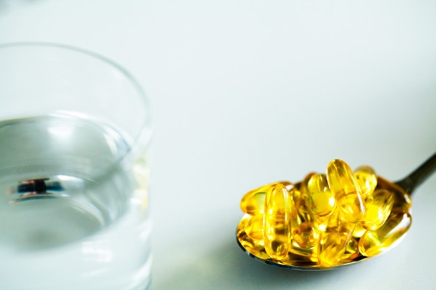 Suplementos de vitaminas, aceite de pescado en cápsulas amarillas omega 3.