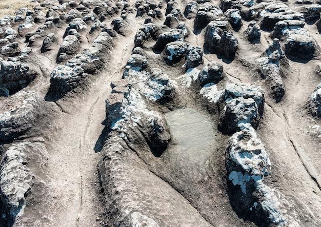Surco de piedra curva