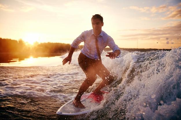Surfista bien vestido