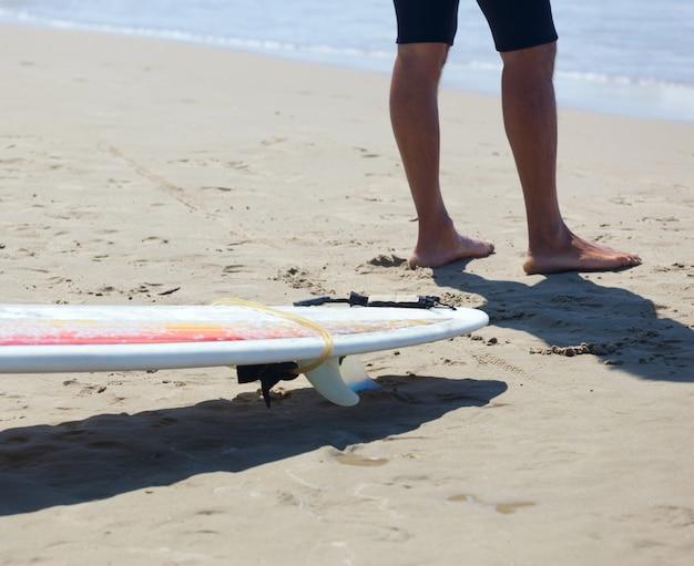 Surfista con longboard en la playa.