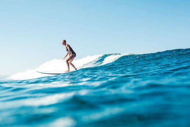 Surfista en el océano