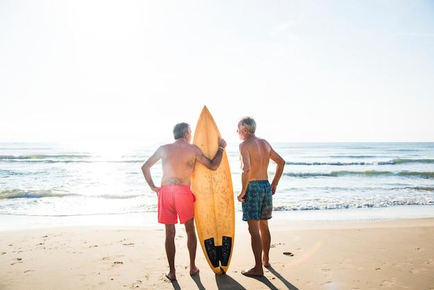Surfistas maduros en la playa