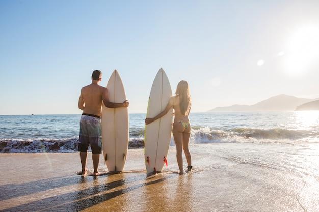 Surfistas en pose con estilo