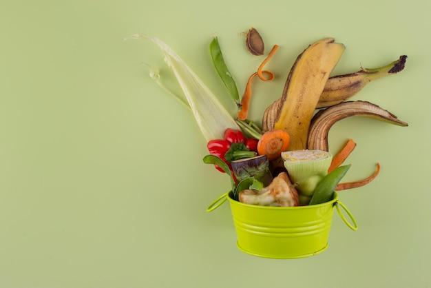 Surtido de abono a base de alimentos podridos con espacio de copia