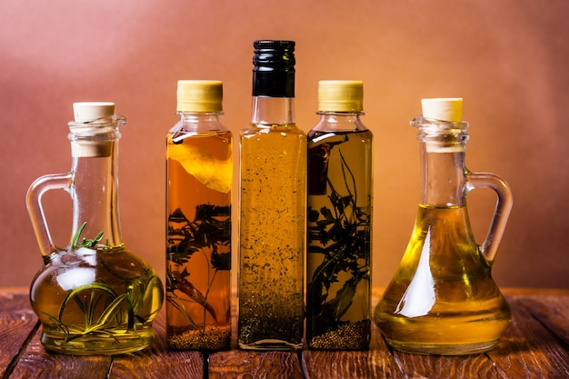 Surtido de aceites picantes con hierbas y especias en diferentes botellas