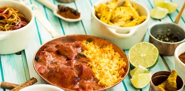 Surtido de alimentos alrededor de la cal y el plato de arroz