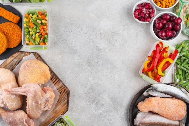 Surtido de alimentos congelados en la mesa.
