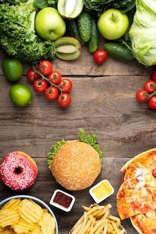 Surtido de alimentos saludables y no saludables.