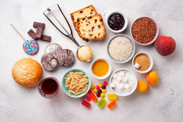 Surtido de alimentos simples en carbohidratos.