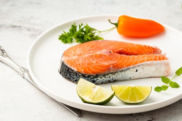 Surtido de alto ángulo con delicioso pescado y lima