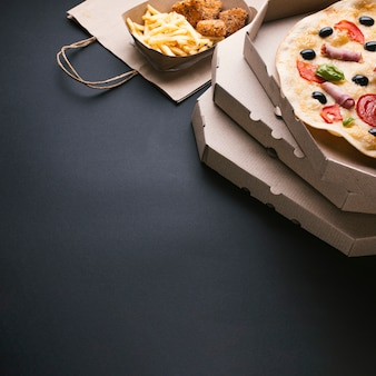 Surtido de ángulo alto con pizza y papas fritas