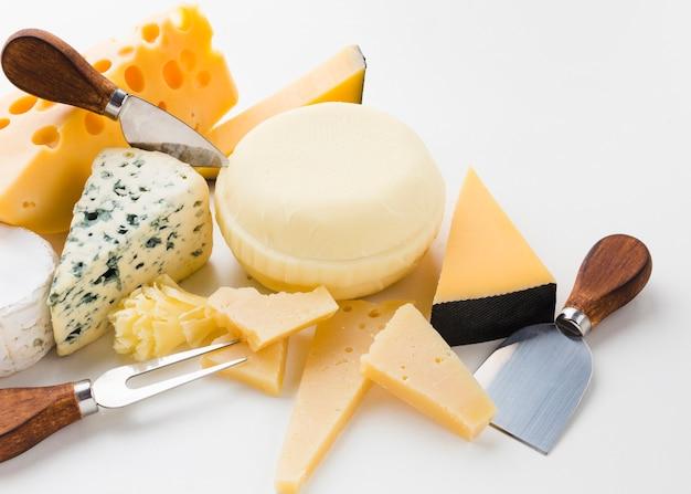 Surtido de ángulo alto de queso gourmet con cuchillos de queso