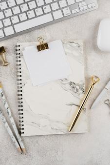 Surtido de artículos planos para el lugar de trabajo