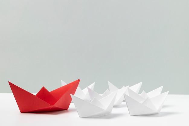 Surtido de barcos de papel blanco y rojo