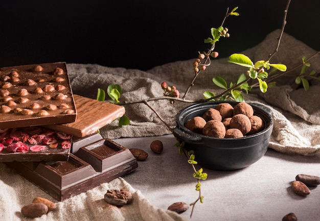 Surtido de barras de chocolate de alto ángulo