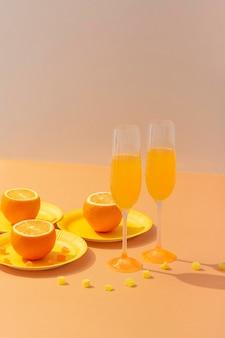 Surtido de bebidas y naranjas