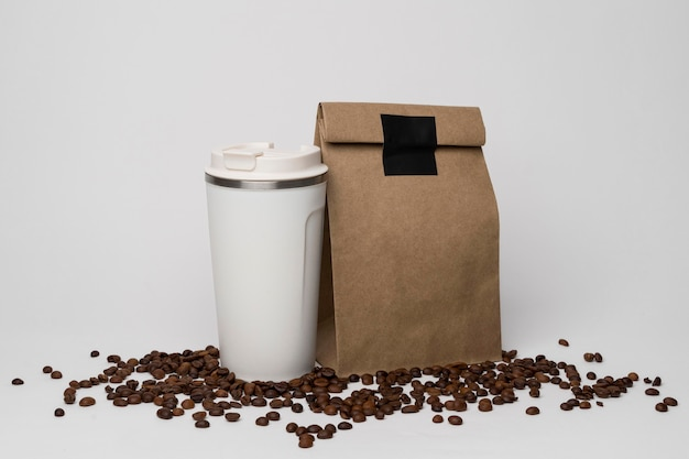 Surtido con bolsa de papel en granos de café.