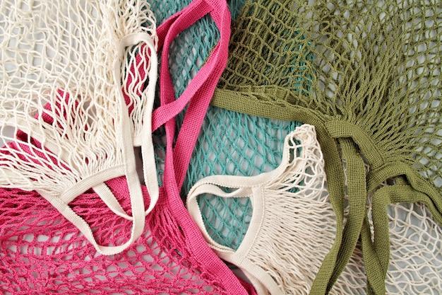 Surtido de bolsas de red reutilizables o de compradores.