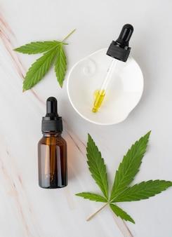Surtido de botellas de aceite de cannabis natural