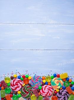Surtido de caramelos de colores y piruletas.